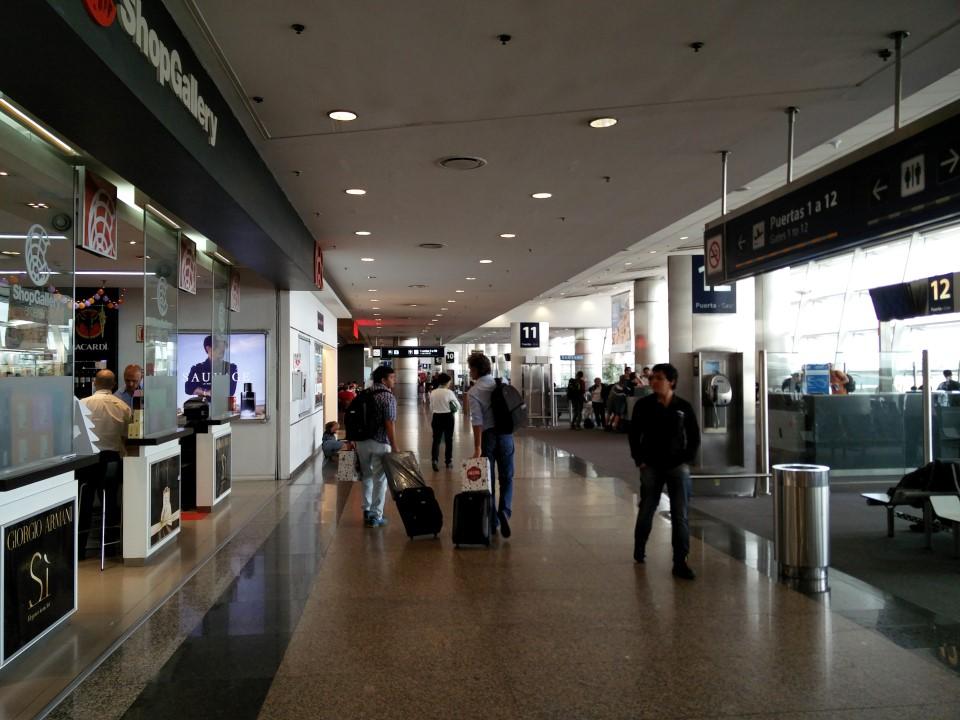 В чистой зоне аэропорта Буэнос-Айрес Хорхе Ньюбери