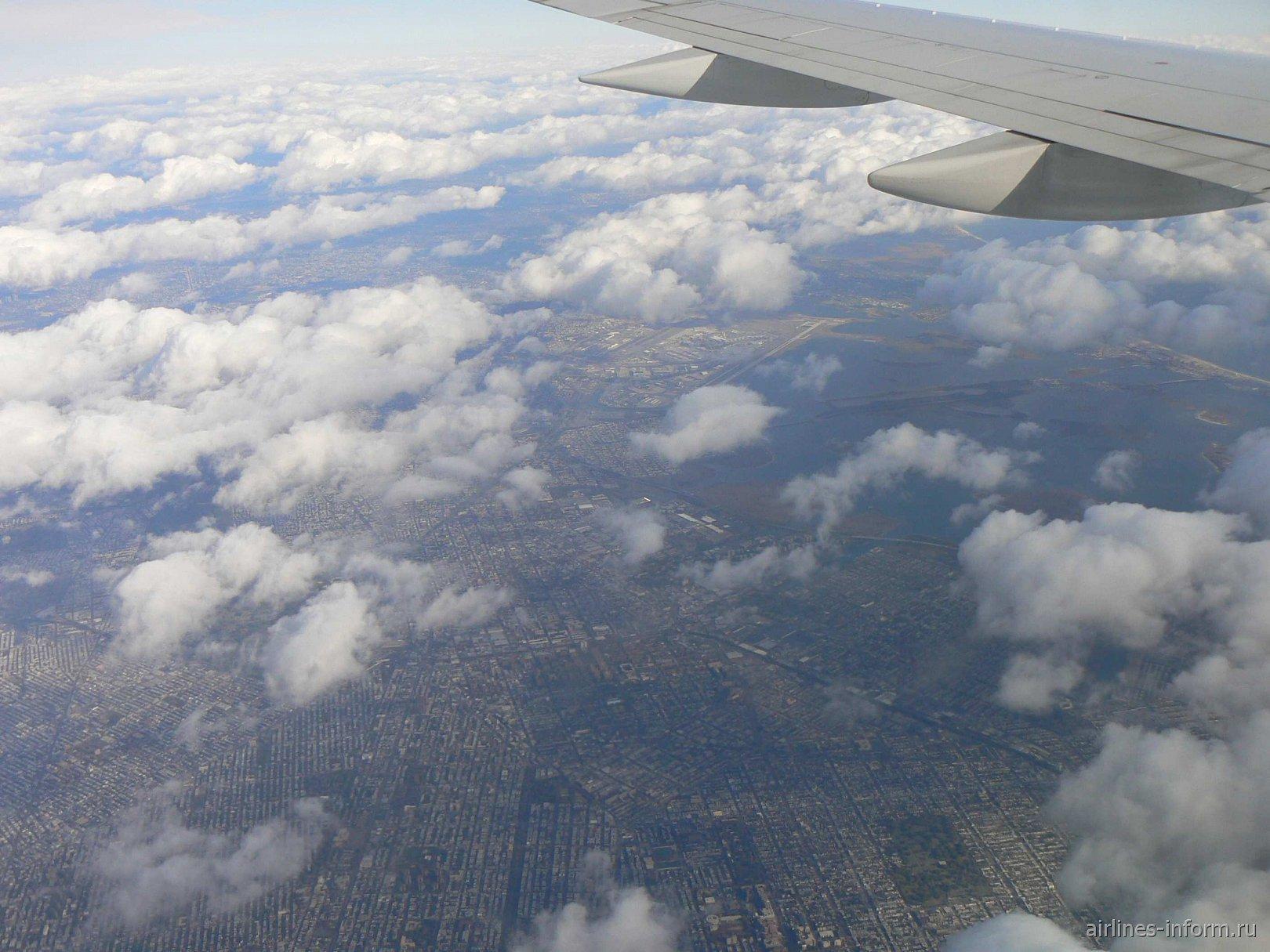 Нью-йорк. Манхэттэн и JFK под облаками