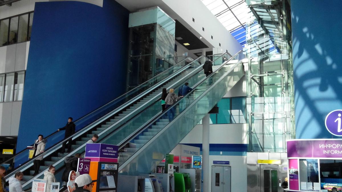 Эскалатор и лифт на третий этаж в аэропорту Владивостока