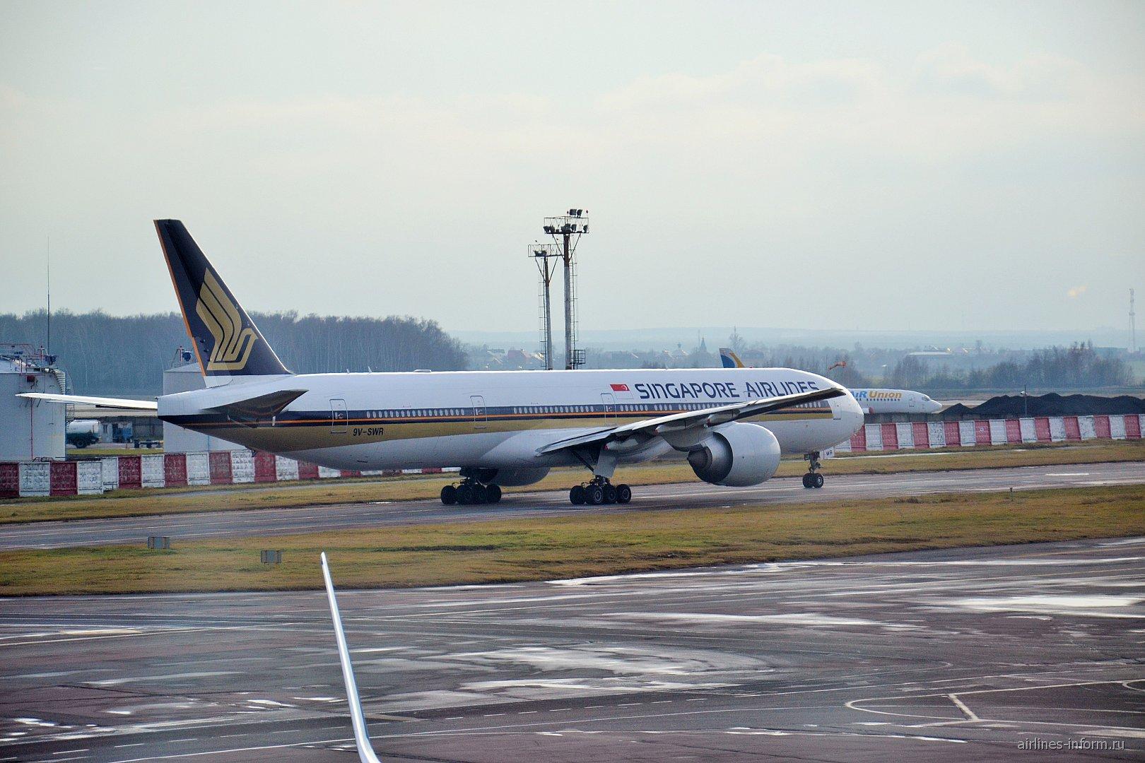 Боинг-777-300 Сингапурских авиалиний в аэропорту Домодедово