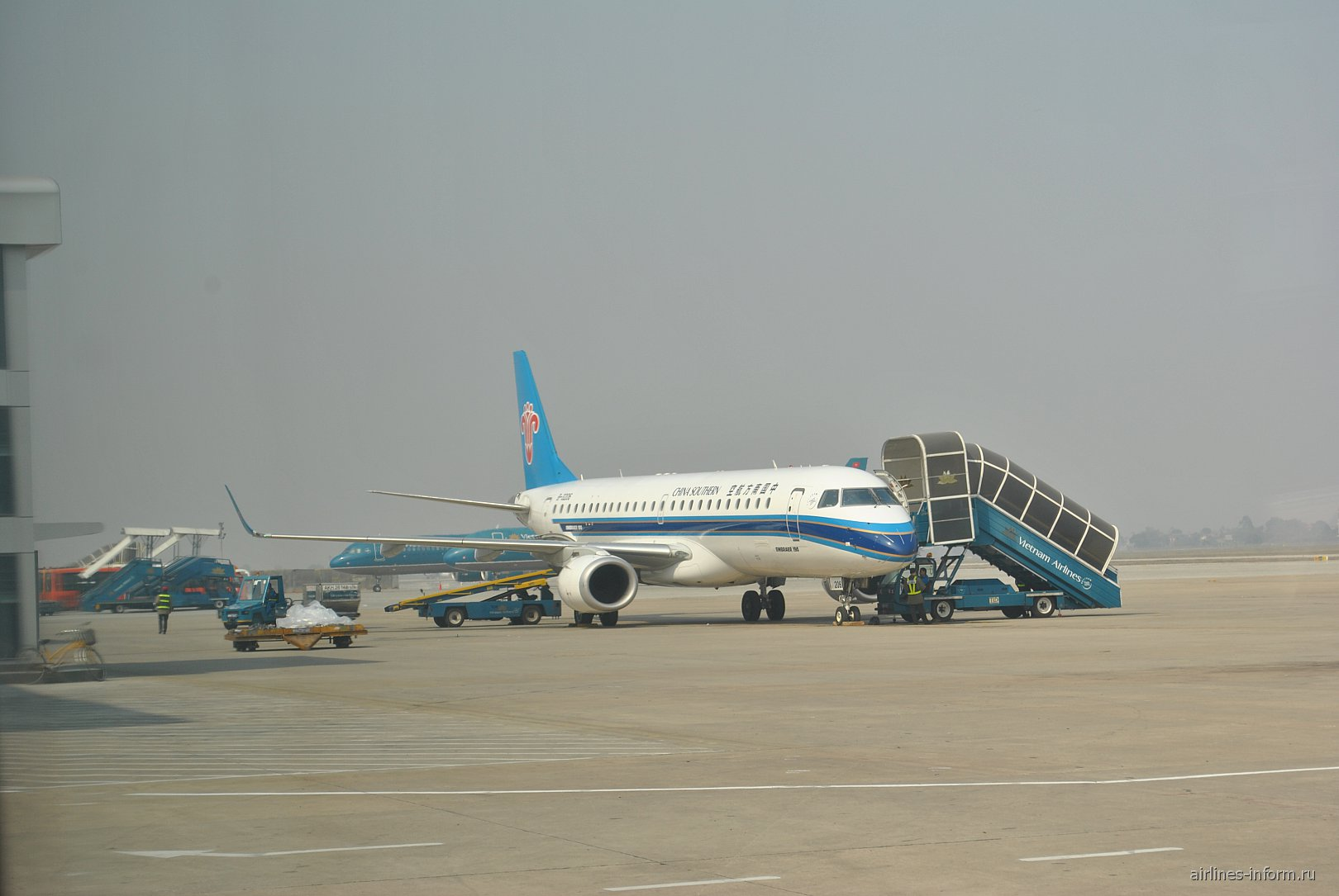 Самолет Embraer 190 авиакомпании China Southern Airlines в аэропорту Ханой Ной Бай