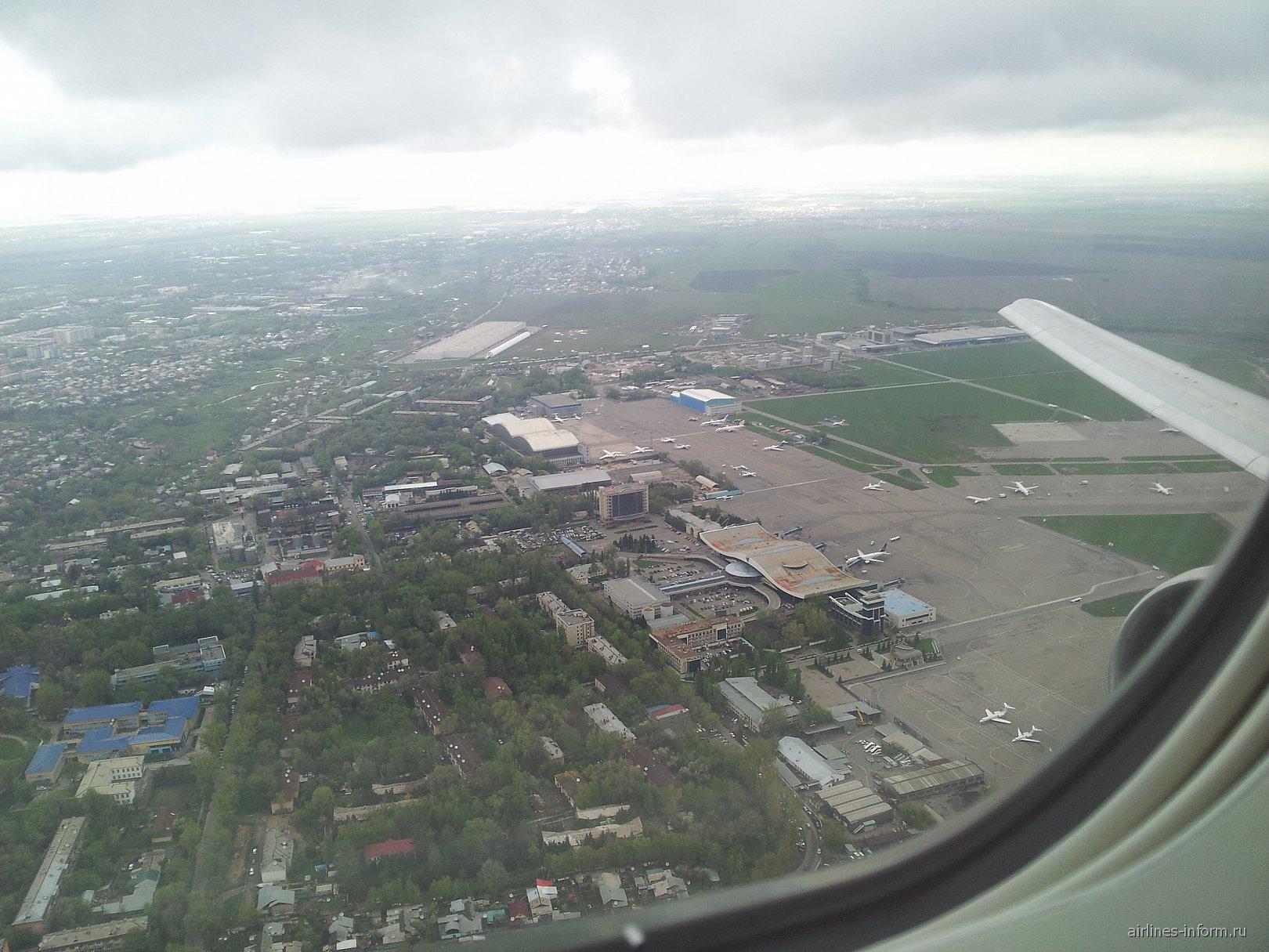 Вид из самолета на аэропорт Алматы