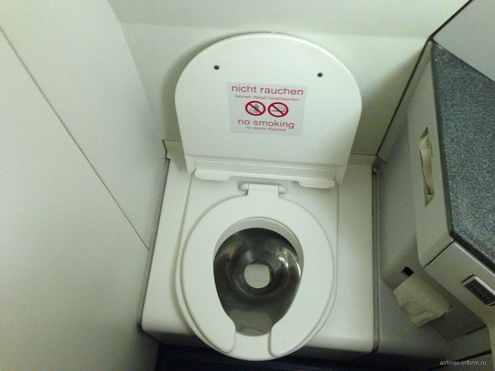 Туалет в самолете Фоккер-70 Австрийских авиалиний