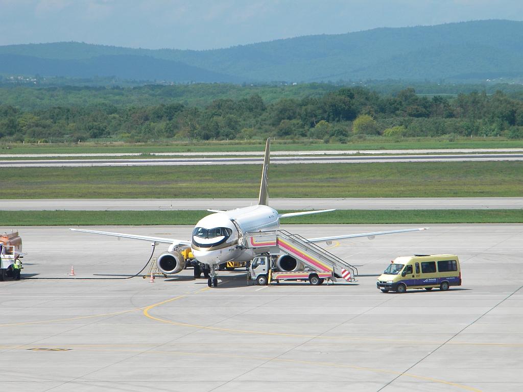 """Сухой Суперджет-100 RA-89004 авиакомпании """"Центр-Юг"""" в аэропорту Владивостока"""