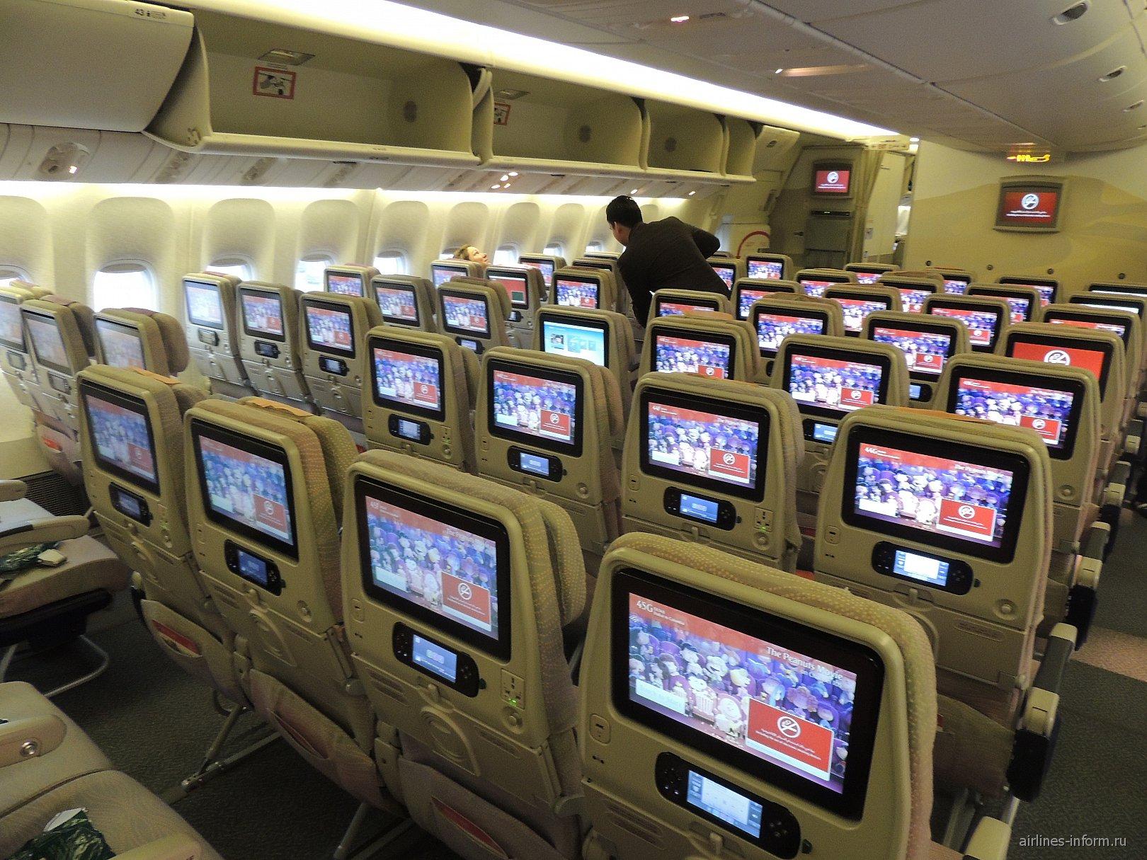 Пассажирский салон в самолете Боинг-777-300 авиакомпании Emirates