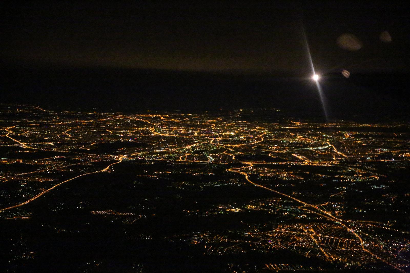 Ночная Москва перед посадкой в аэропорту Домодедово