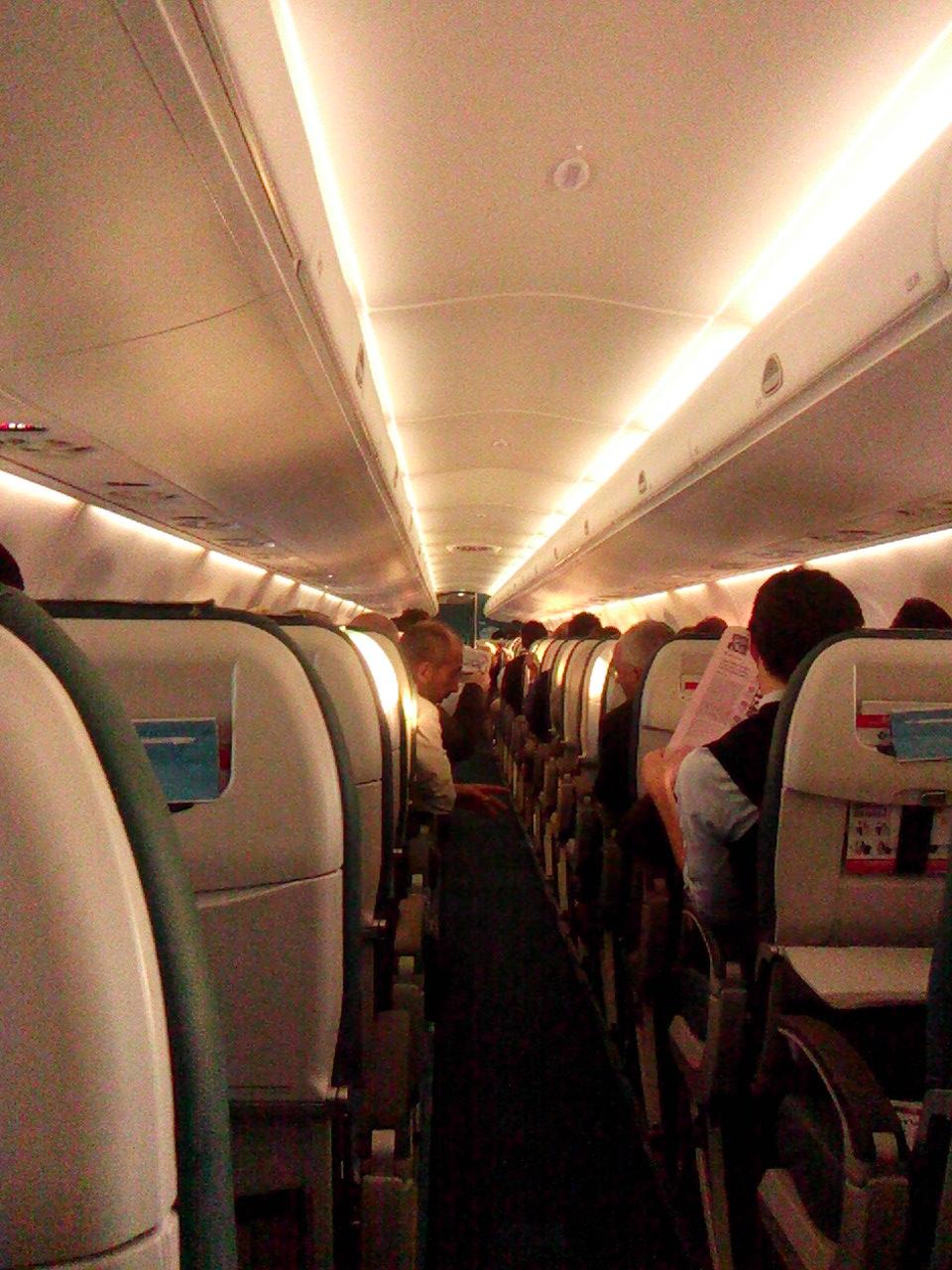 Салон самолета Embraer 195 авиакомпании Air Dolomiti