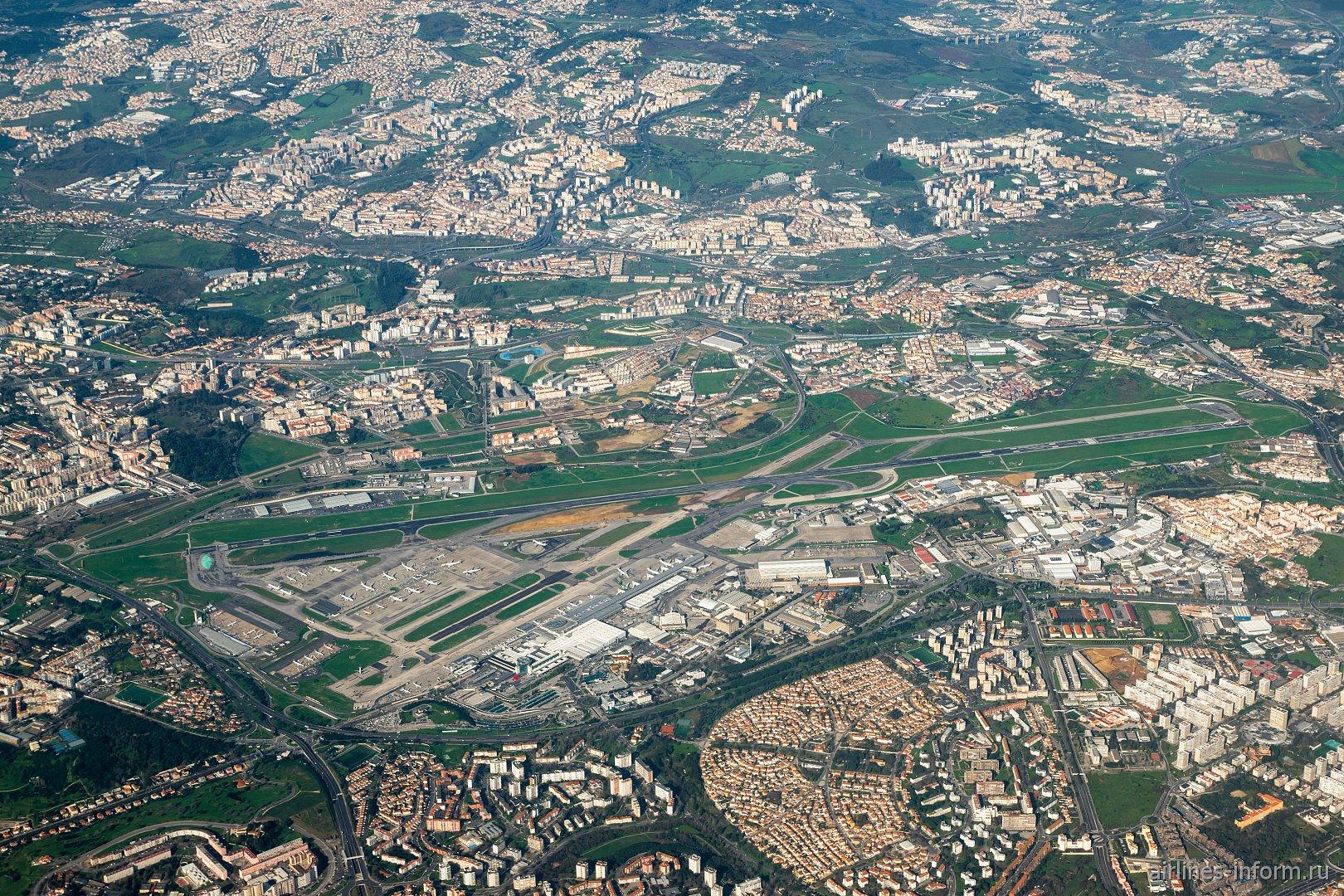 Вид сверху на аэропорт Лиссабон имени Умберту Делгаду