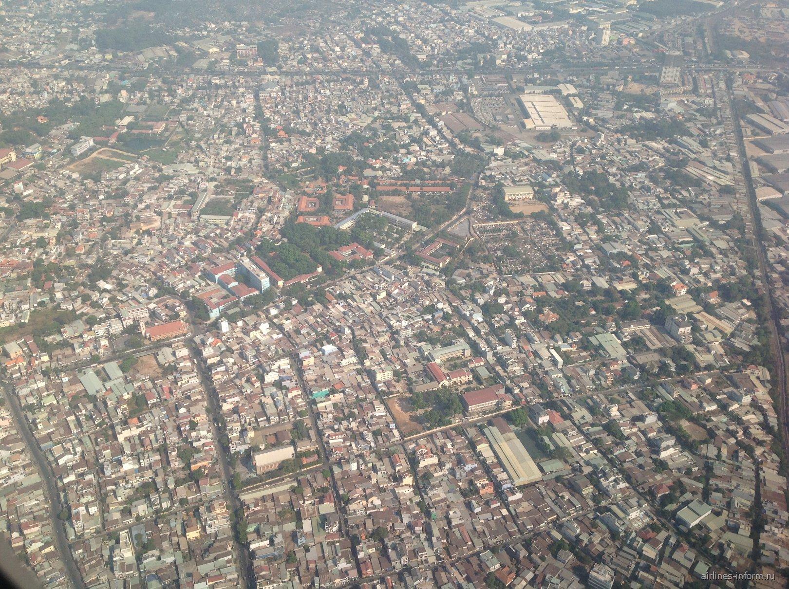 Жилые кварталы во Вьетнаме перед посадкой в аэропорту Хошимин Тан Сон Нхат