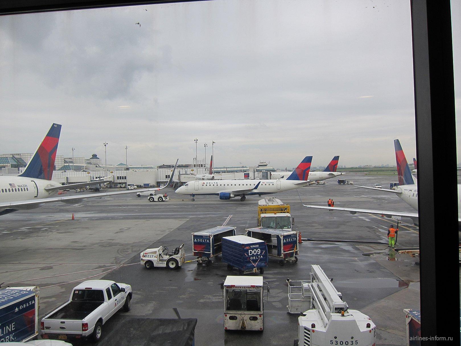 Флот авиакомпании Дельта в аэропорту Нью-Йорк Ла-Гардия