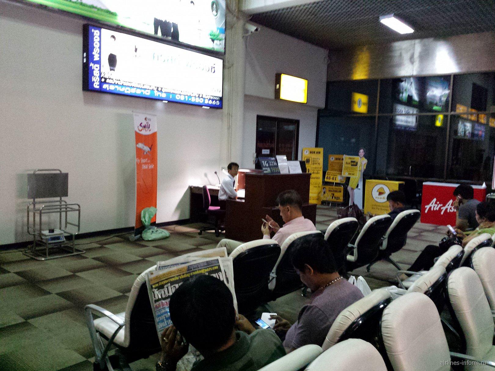 Зал ожидания в аэропорту Сураттани