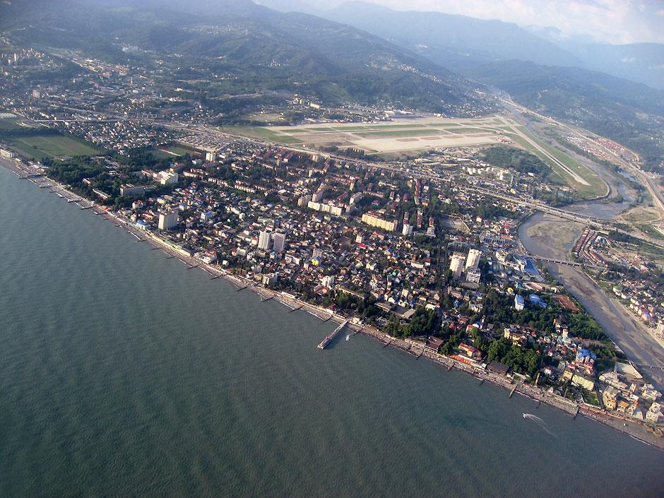 Вид на Адлер и аэропорт Сочи при взлете