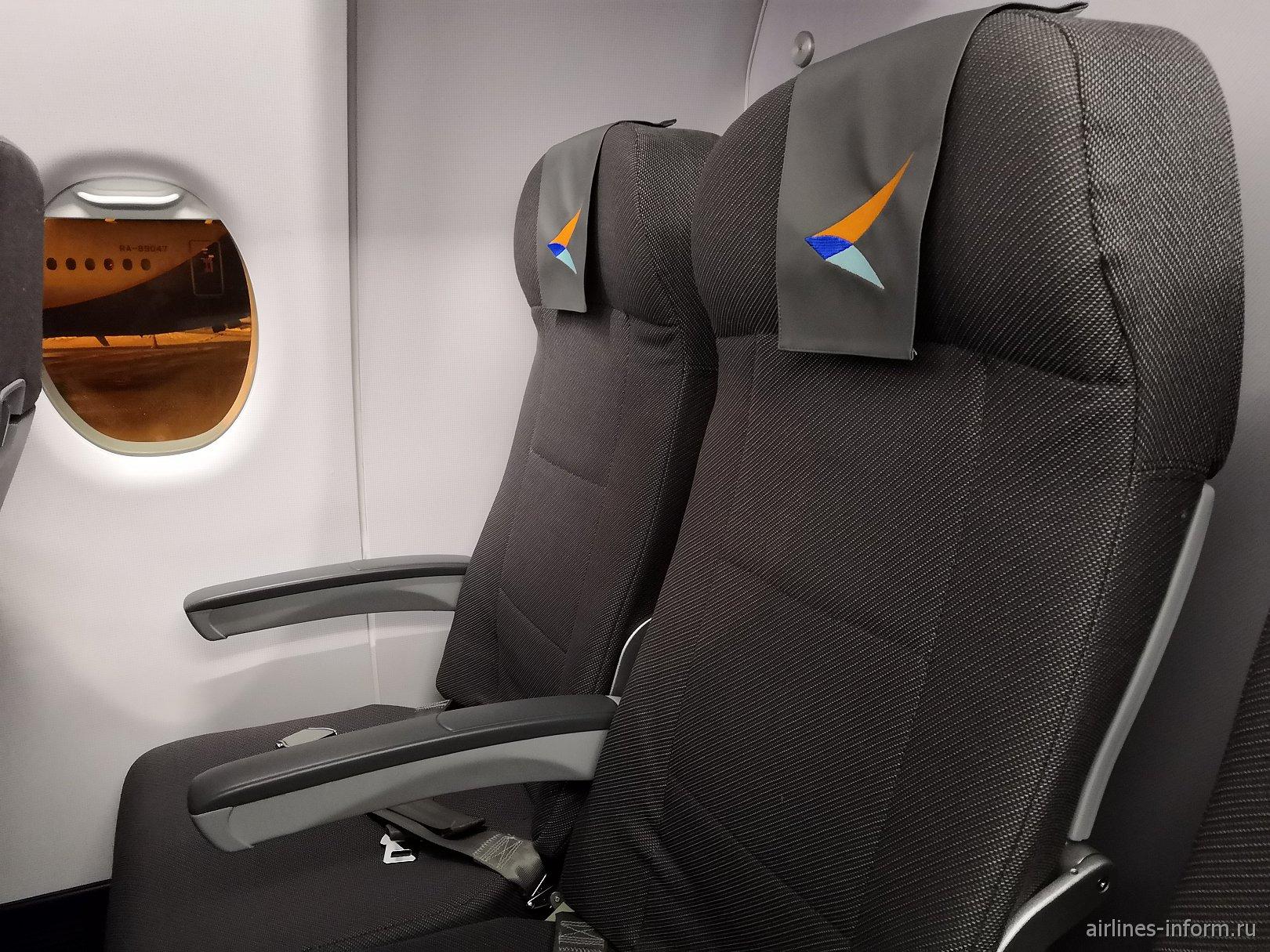 Пассажирские кресла в самолете Сухой Суперджет-100 авиакомпании Азимут