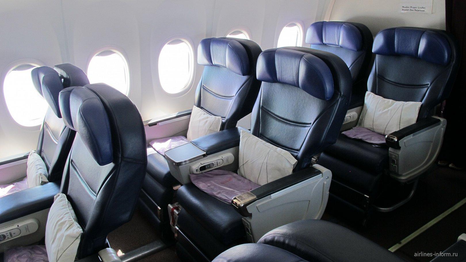Салон бизнес-класса в Боинге-737-800 Малайзийских авиалиний