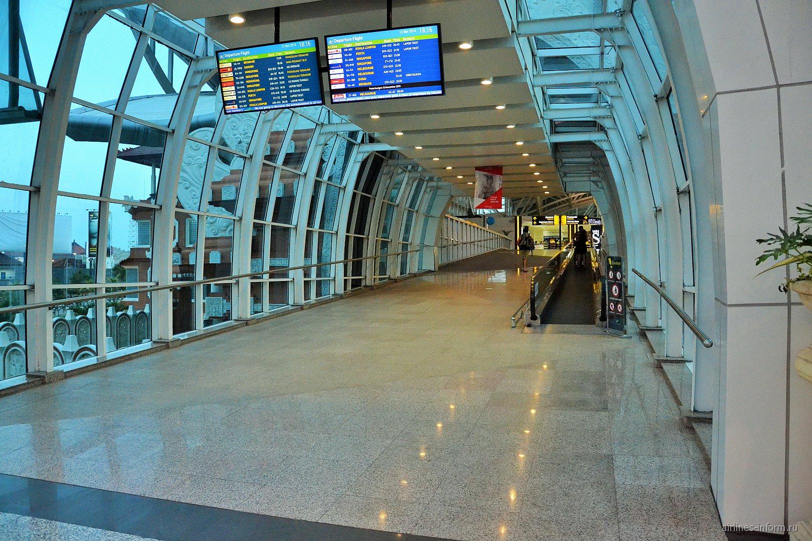 Вход в пассажирский терминал аэропорта Денпасар Нгура Рай