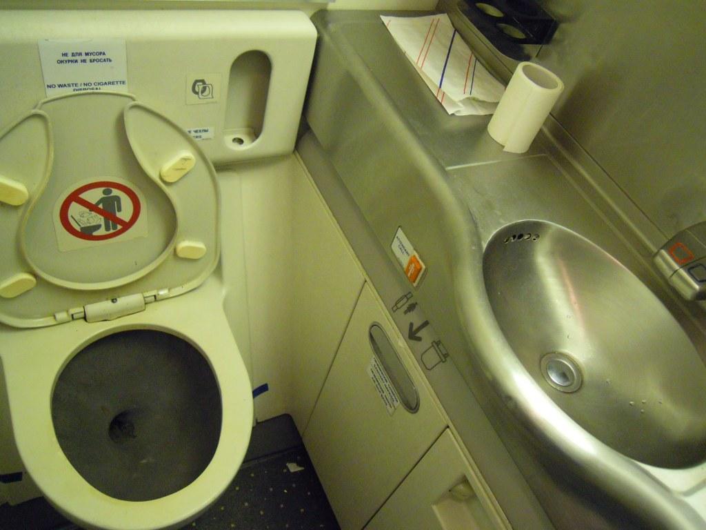 Туалет самолета Боинг-777-200 авиакомпании Трансаэро