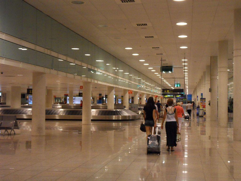 Зал выдачи багажа в аэропорту Барселоны