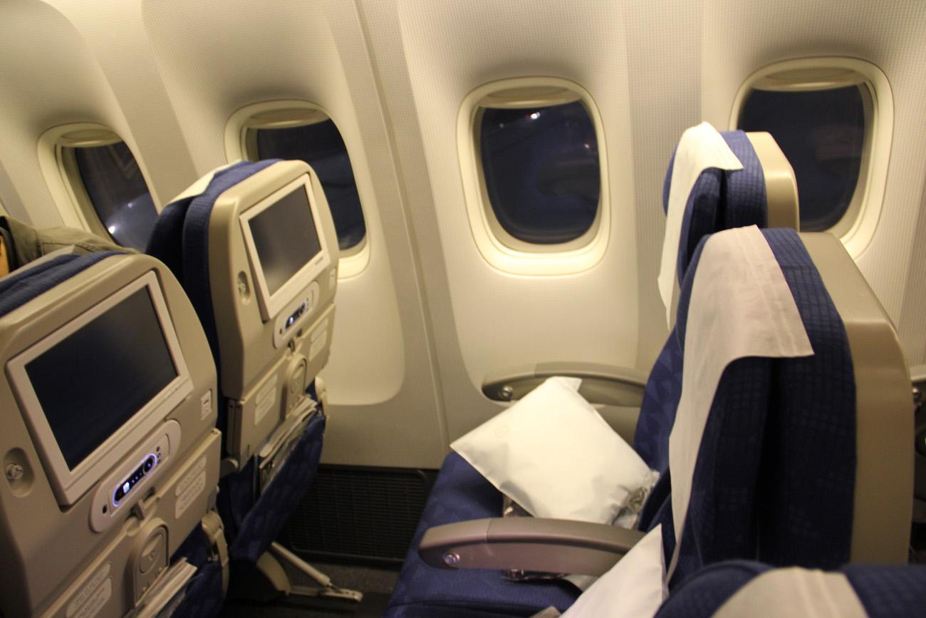 Кресла в салоне экономического класса в самолета Боинг-777-200 авиакомпании Korean Air