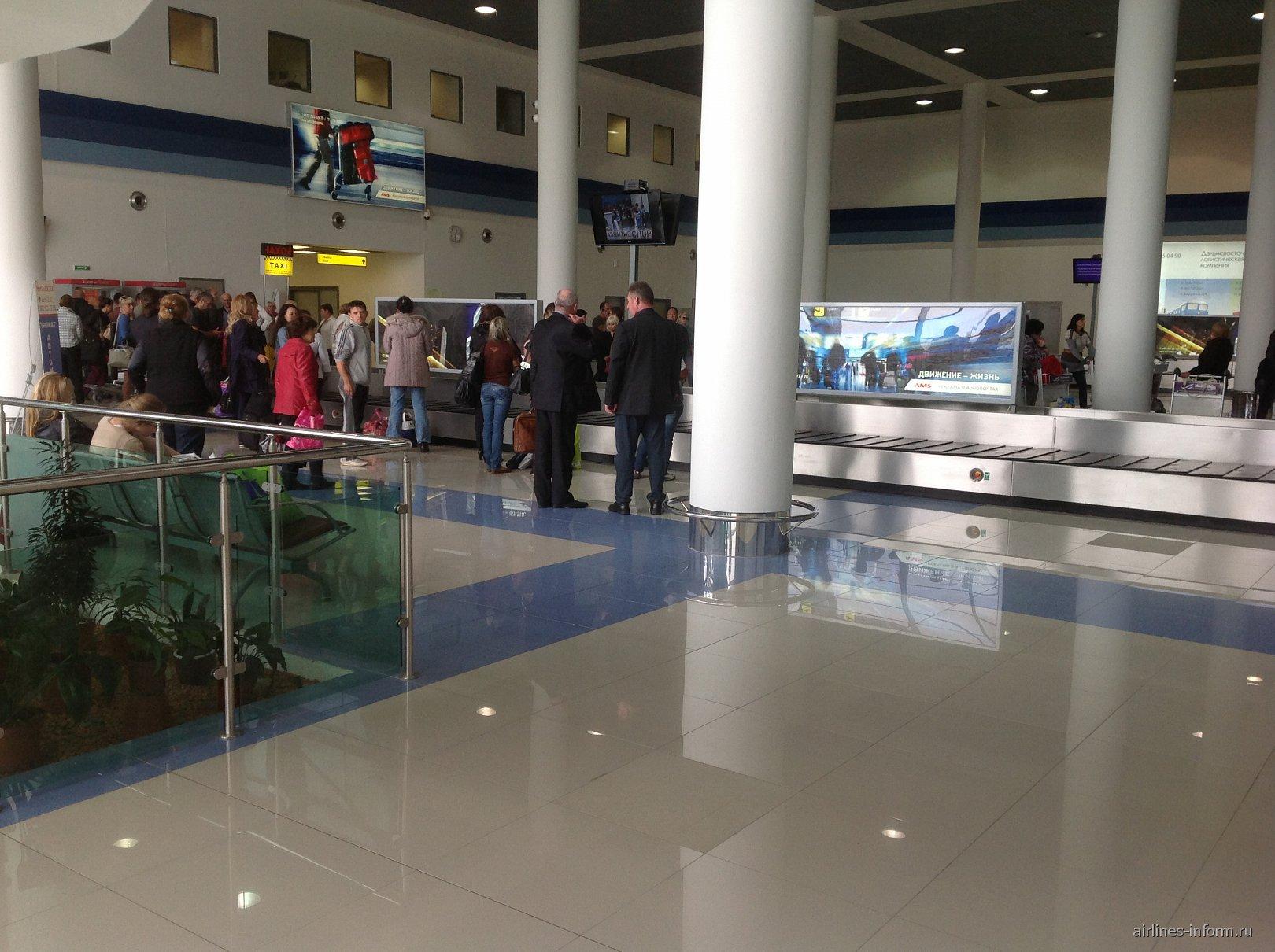 Зал выдачи багажа в аэропорту Владивостока