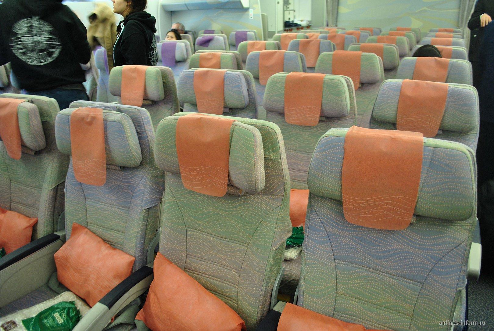 Салон эконом-класса в самолете Airbus A380 авиакомпании Emirates