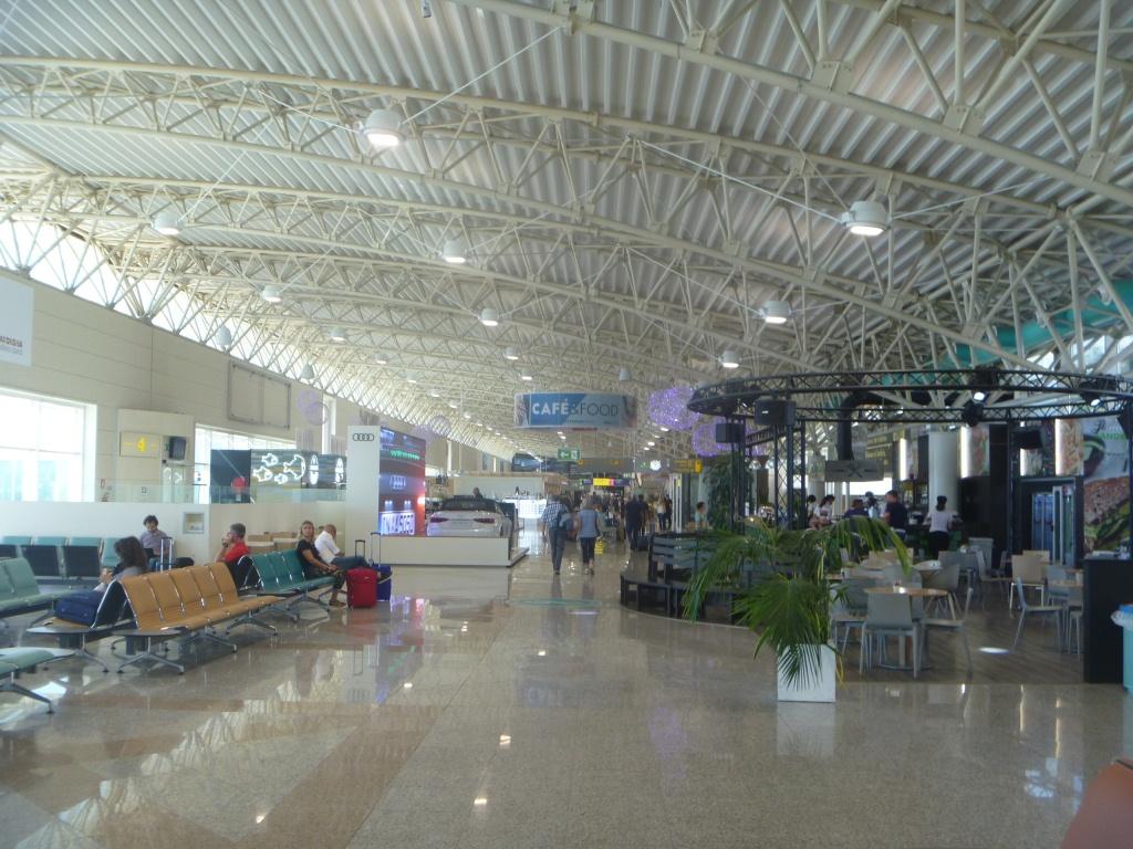 Зона вылета в аэропорту Ольбия Коста Смеральда