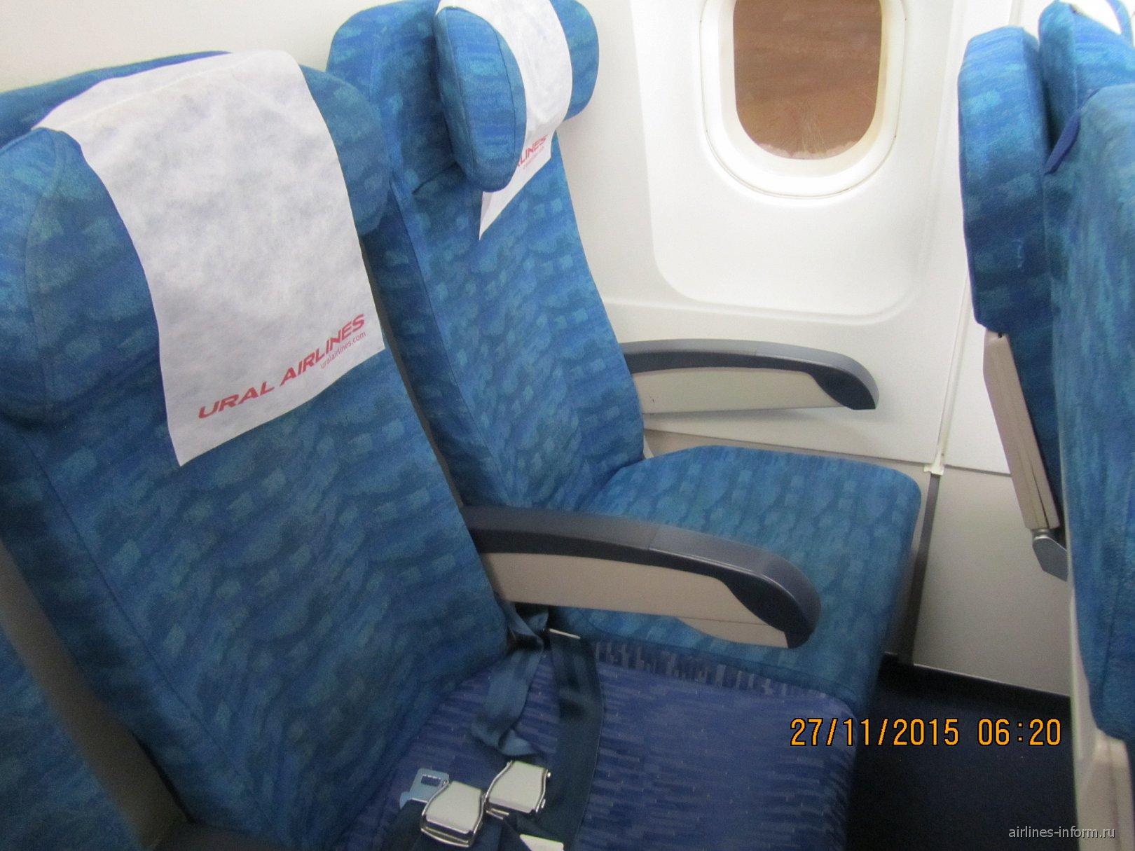 Пассажирские кресла в самолете Airbus A320 Уральских авиалиний