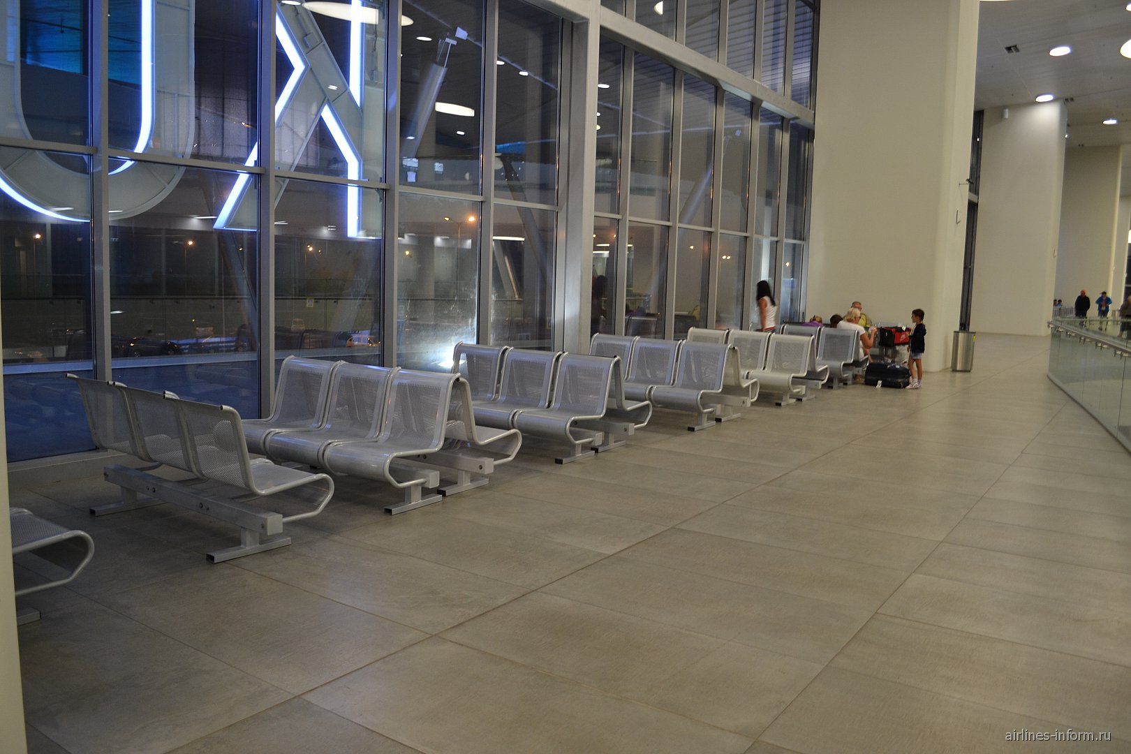Зал ожидания на 2-м этаже в аэропорту Самара Курумоч