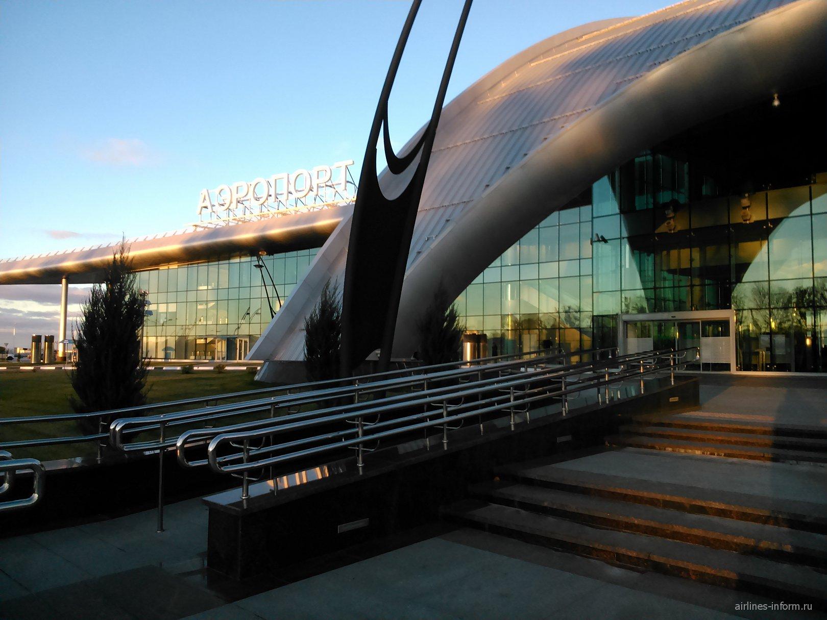 Вход в аэровокзал аэропорта Белгород