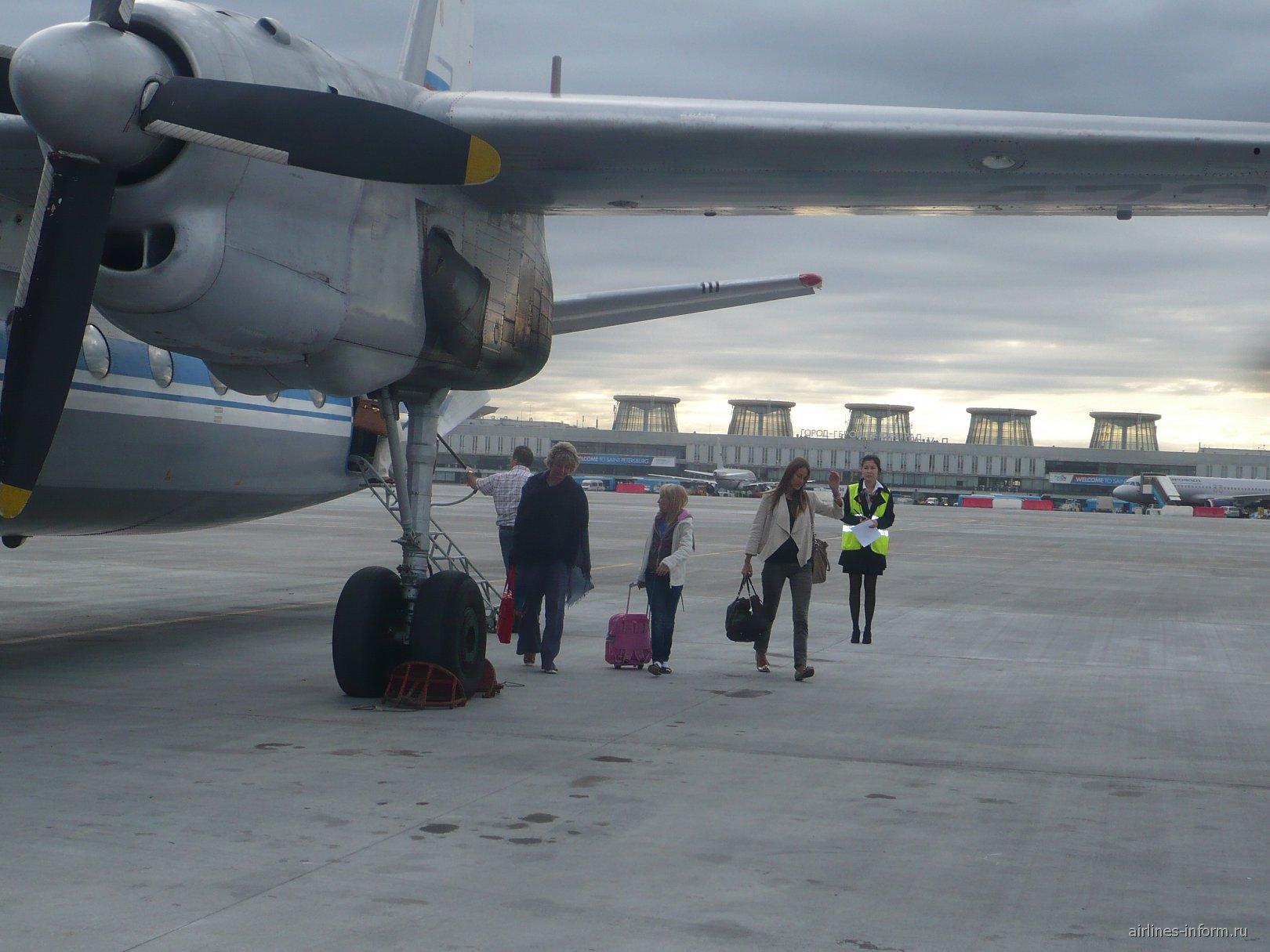 Самолет Ан-24 авиакомпании Псковавиа в аэропорту Пулково