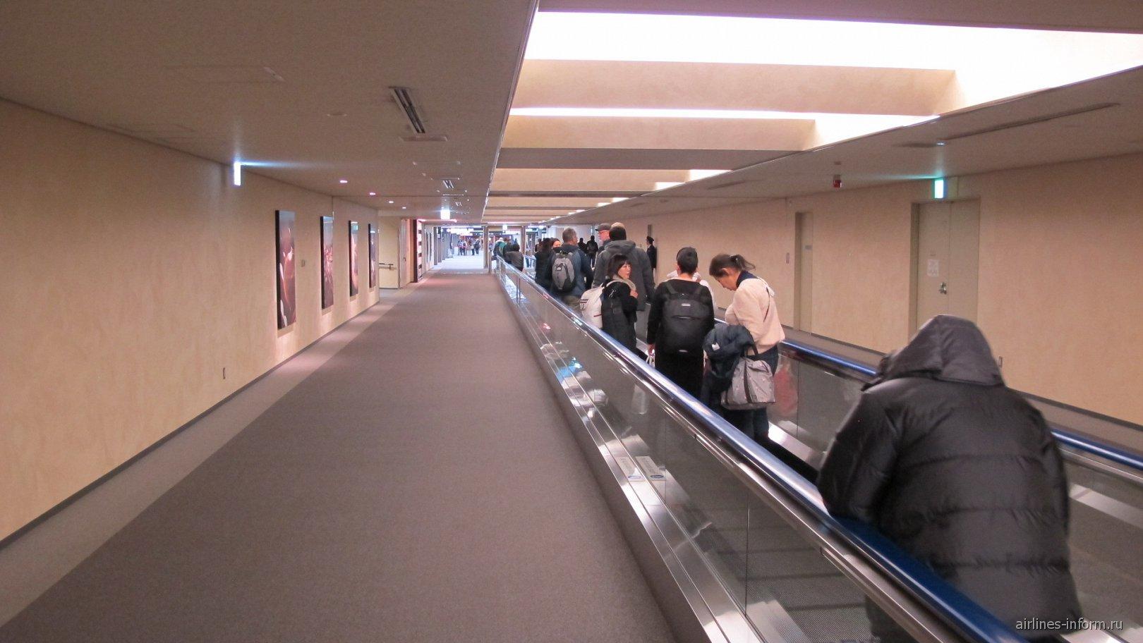 Переход в зоне прилета в аэропорту Токио Нарита