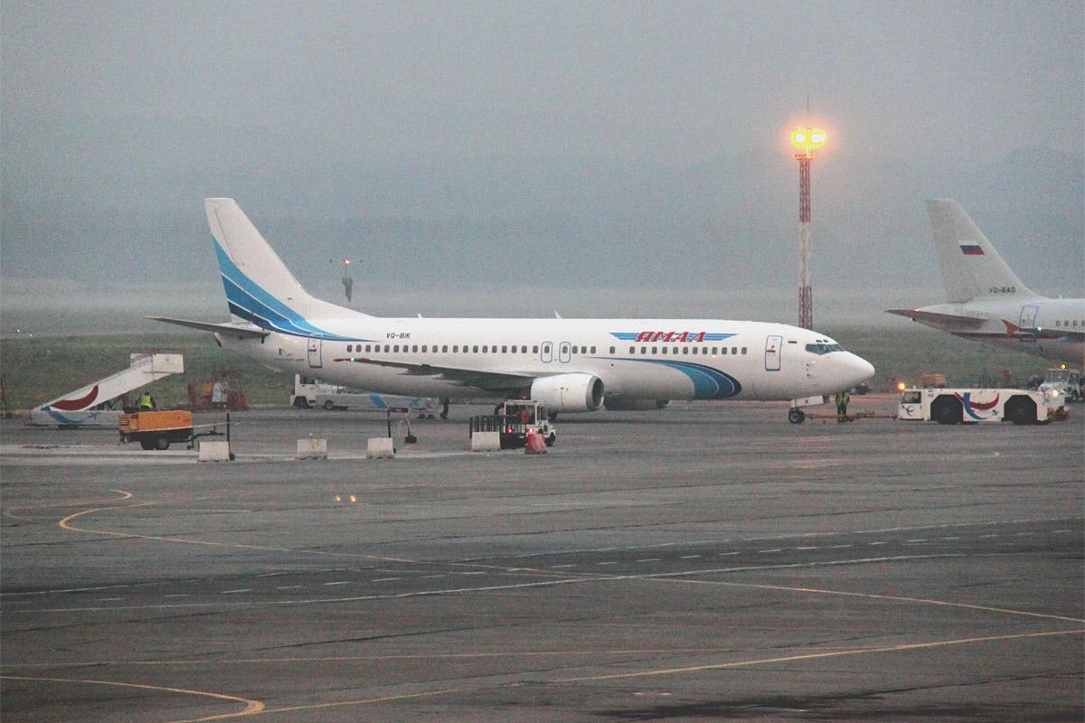 Боинг-737-400 авиакомпании Ямал в аэропорту Емельяново