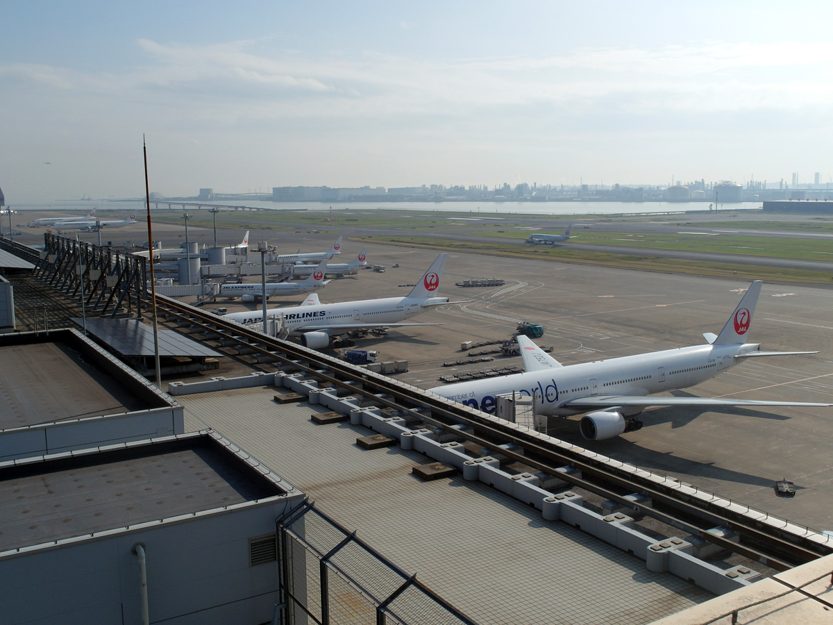 Перрон у терминала 1 внутренних рейсов аэропорта Токио Ханеда