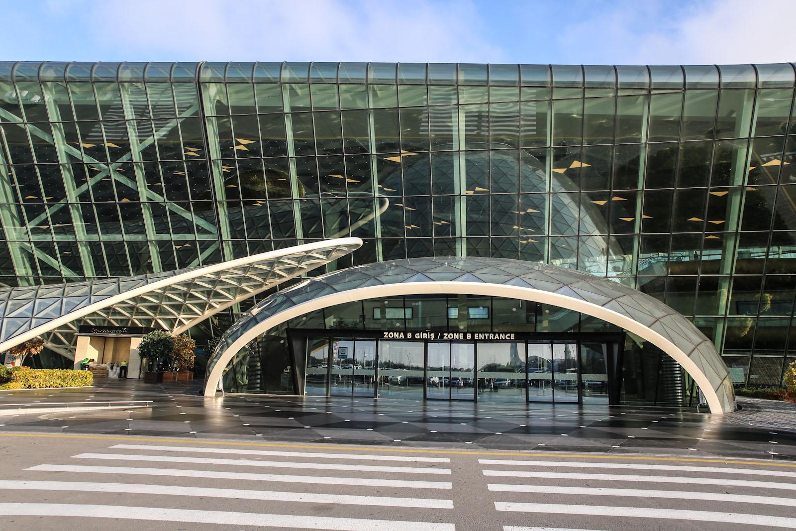 Вход в терминал 1 аэропорта Баку