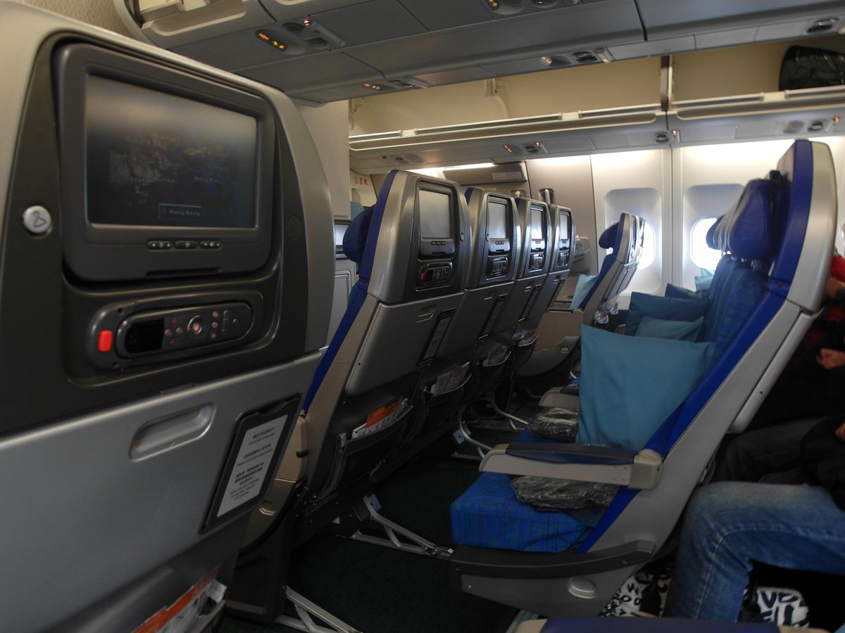 Салон экономического класса самолета Airbus A340-300 авиакомпании Cathay Pacific