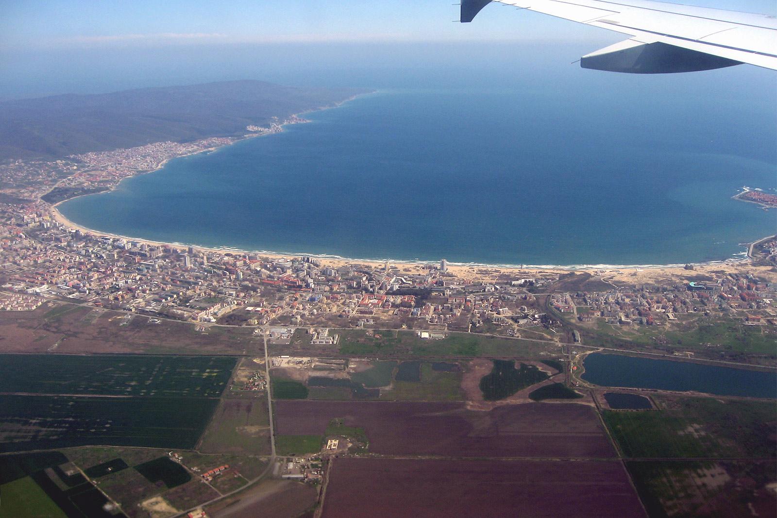 Вид на курорт Солнечный берег из самолета