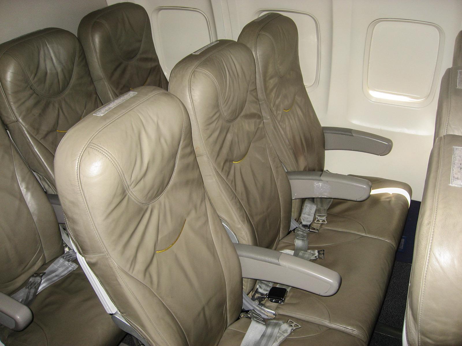 Пассажирские кресла в самолете Боинг-737-300 авиакомпании Bulgaria Air