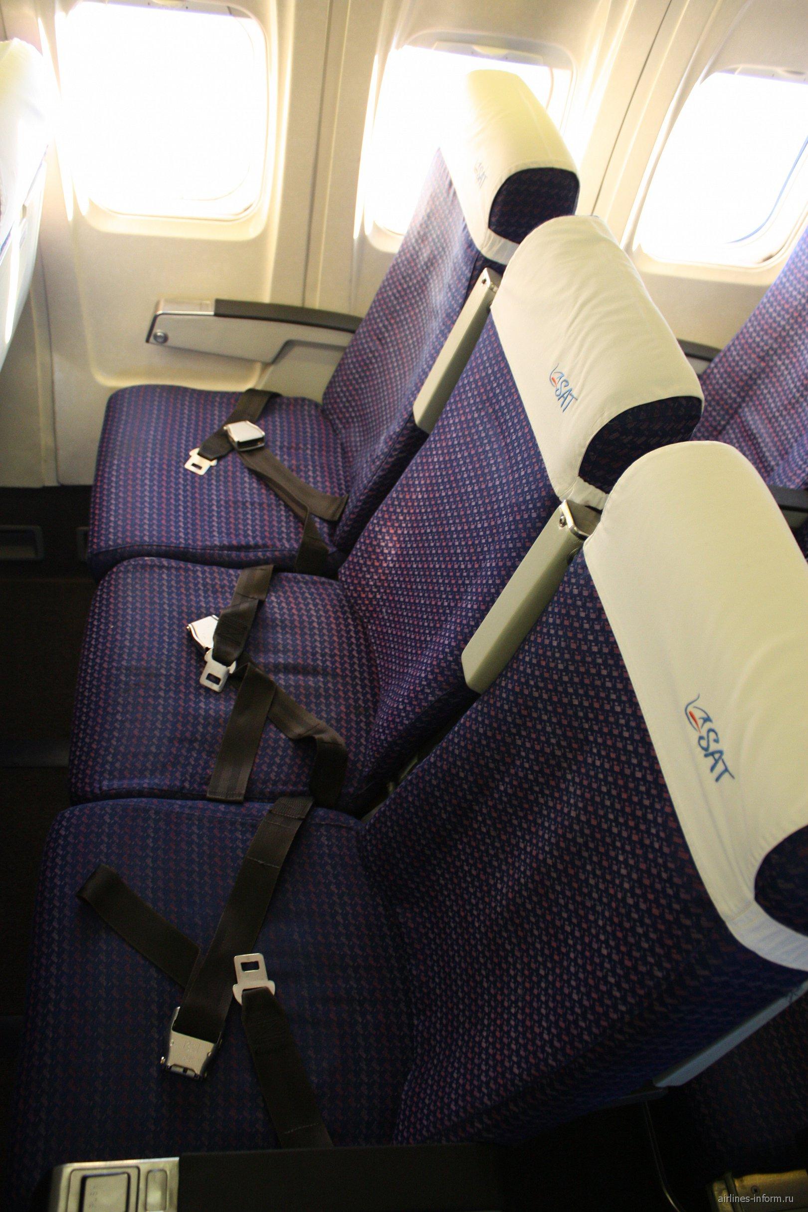 Пассажирские кресла в самолете Боинг-737-200 авиакомпании SAT/Аврора