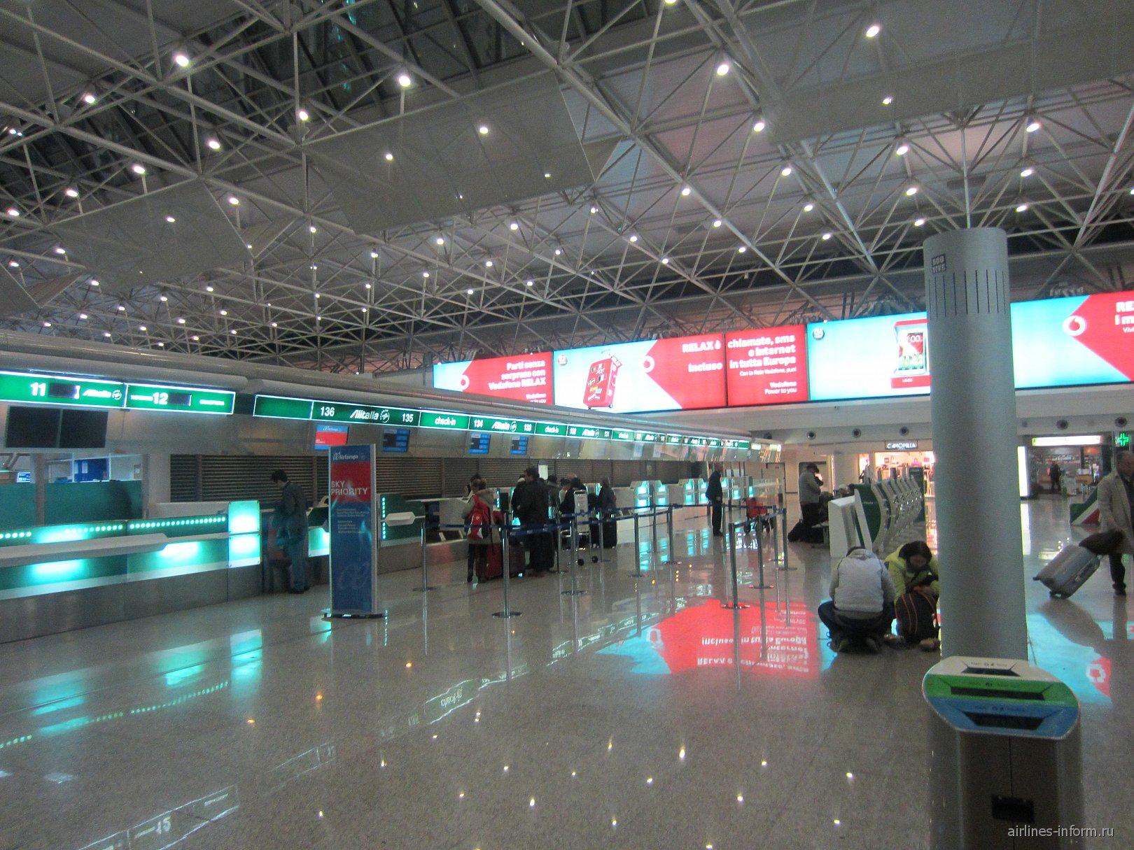 Стойки регистрации в Терминале 1 аэропорта Фьюмичино в Риме