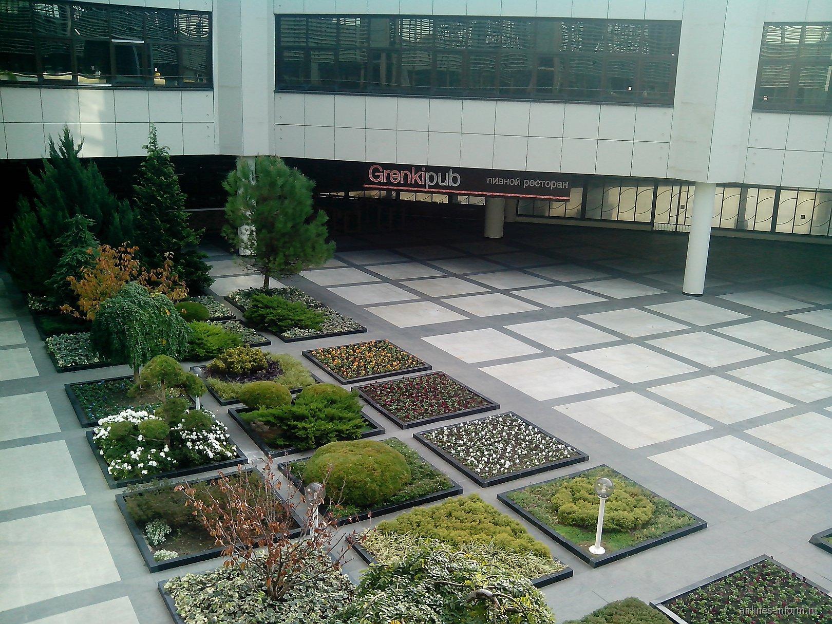 Внутренний двор с садом в аэропорту Сочи