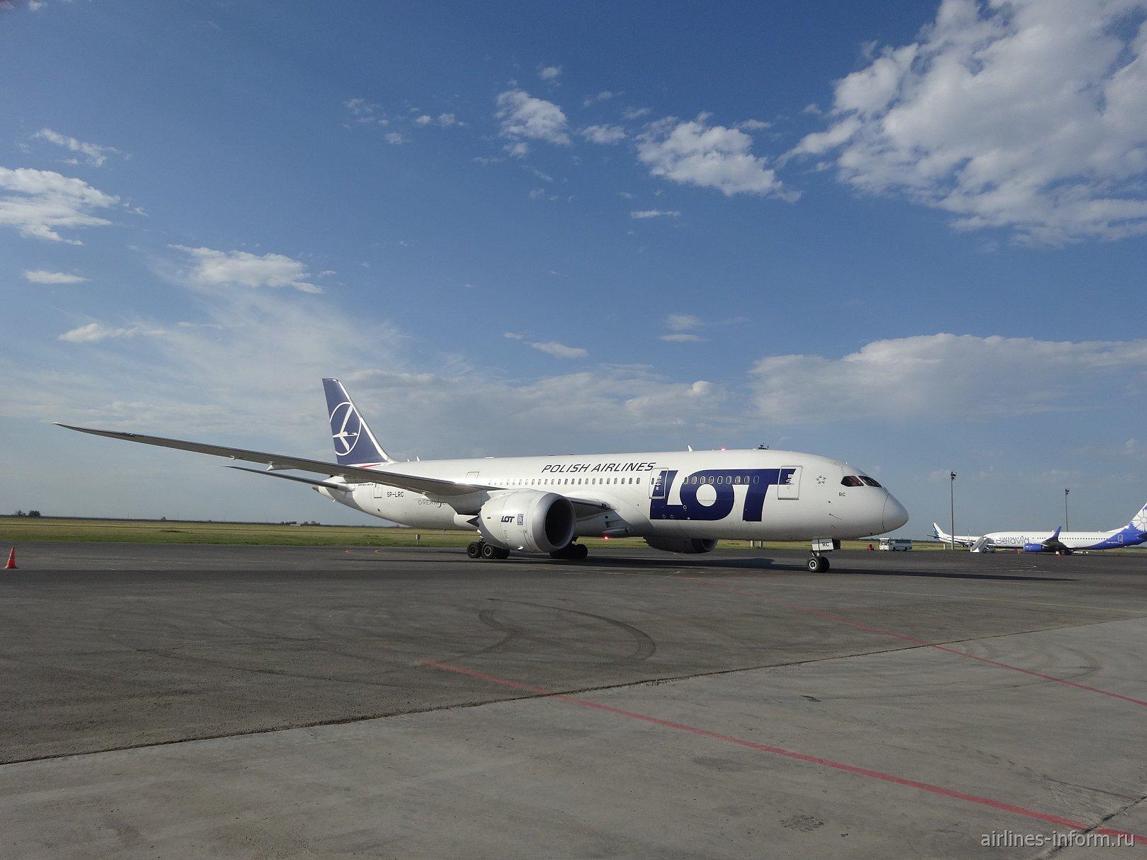 Боинг-787-8 SP-LRC авиакомпании LOT в аэропорту Астаны