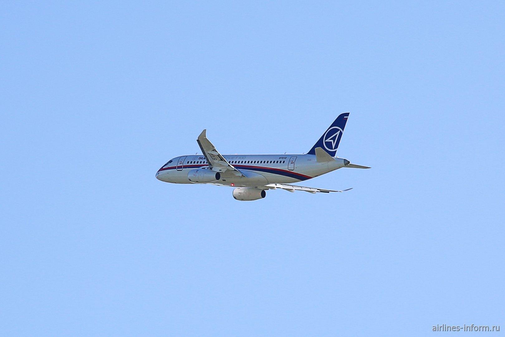 Самолет Сухой Суперджет-100 с новыми законцовками крыла в полете на авиашоу МАКС-2019