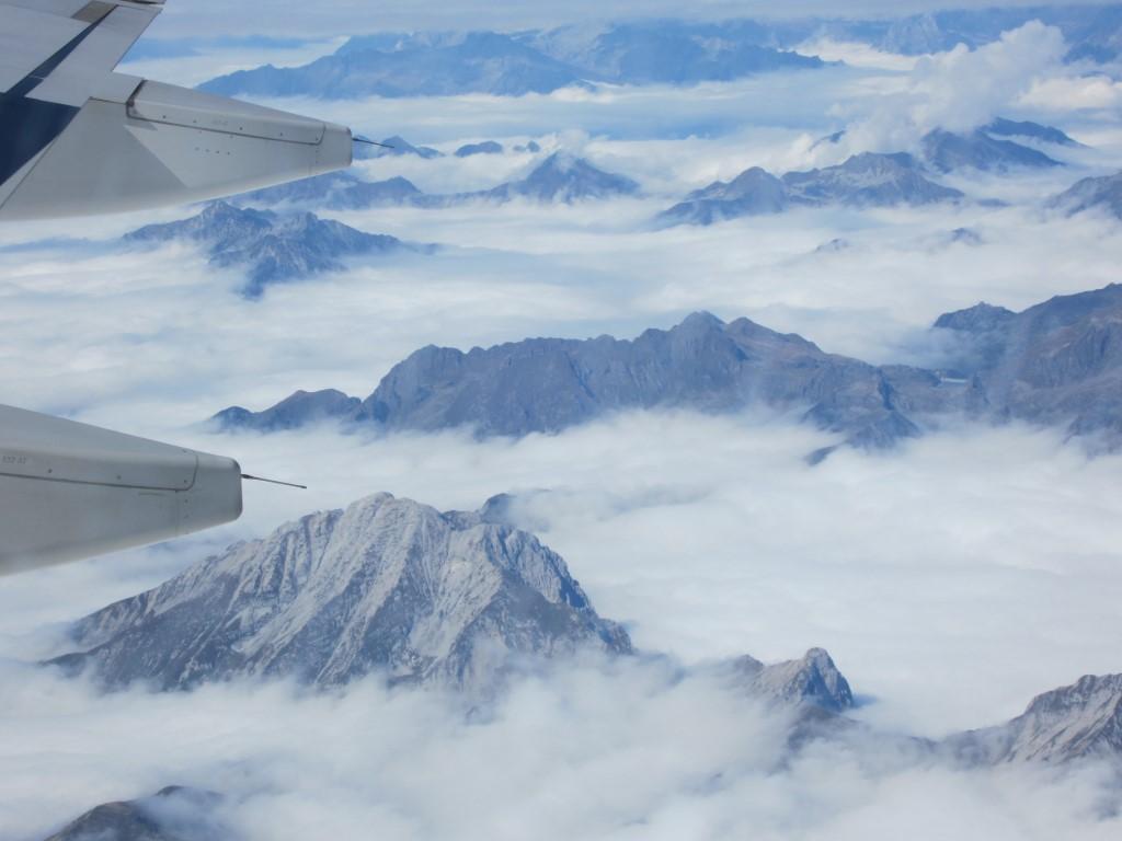 В полете над Альпами на севере Италии