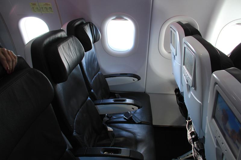Салон экономического класса в самолете Airbus A320 авиакомпании Virgin America