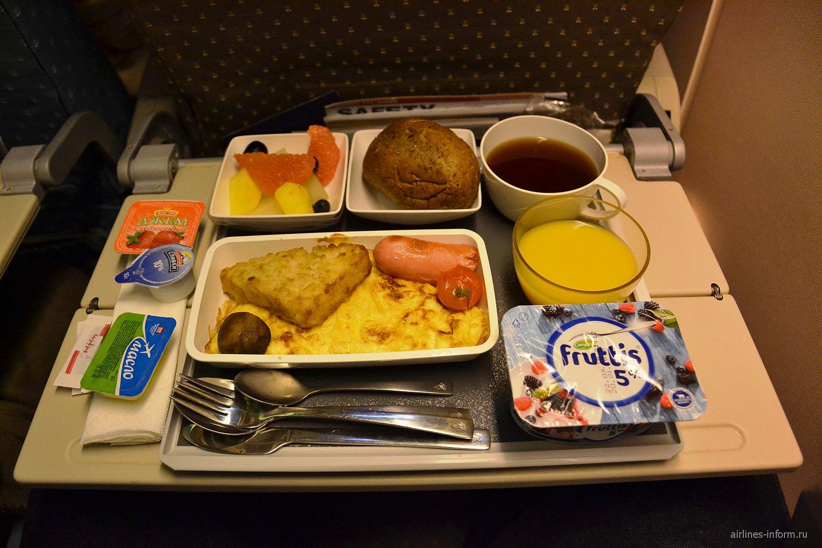 Завтрак на рейсе Москва-Сингапур Сингапурских авиалиний