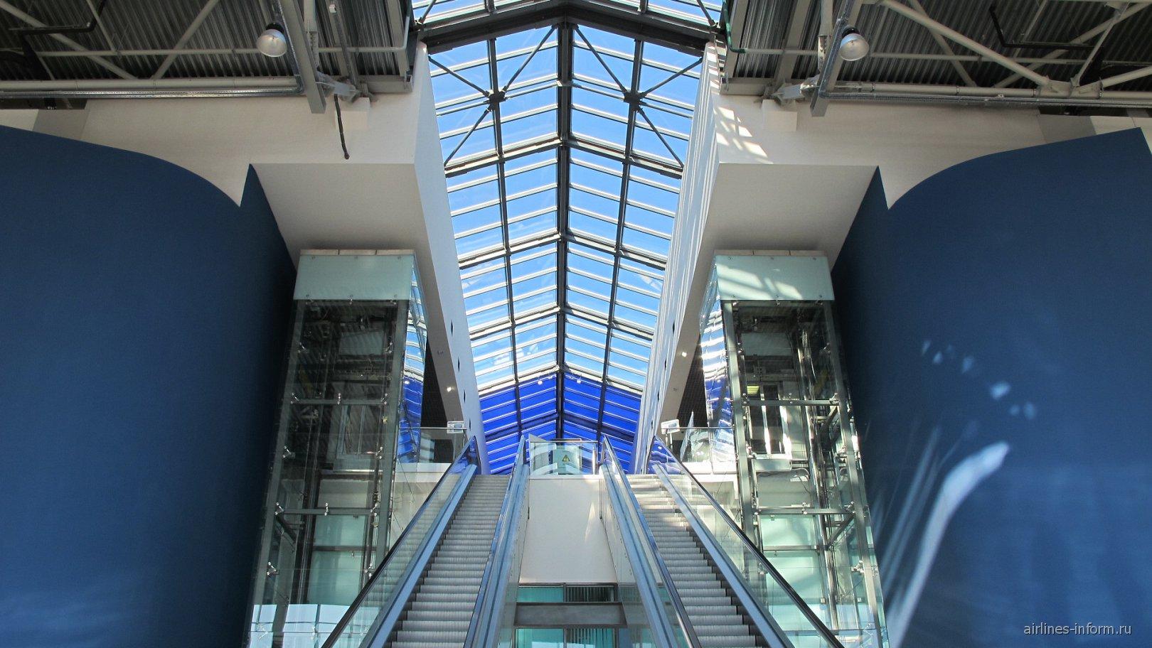 Эскалатор на 2-й этаж в пассажирском терминале аэропорта Владивостока