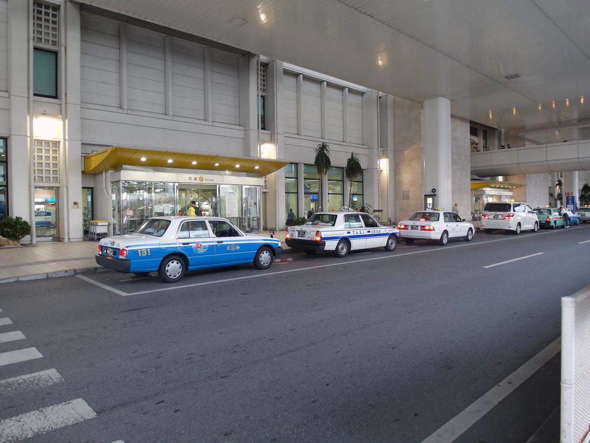 Стоянка такси у выхода из аэровокзала аэропорта Наха