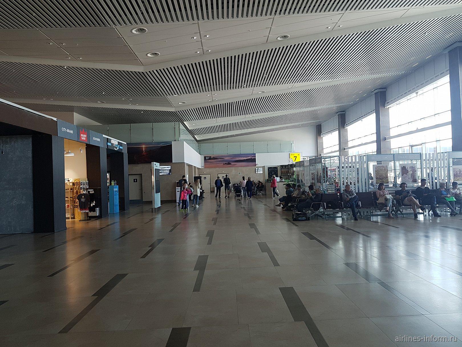 В чистой зоне внутренних вылетов нового терминала аэропорта Красноярск Емельяново