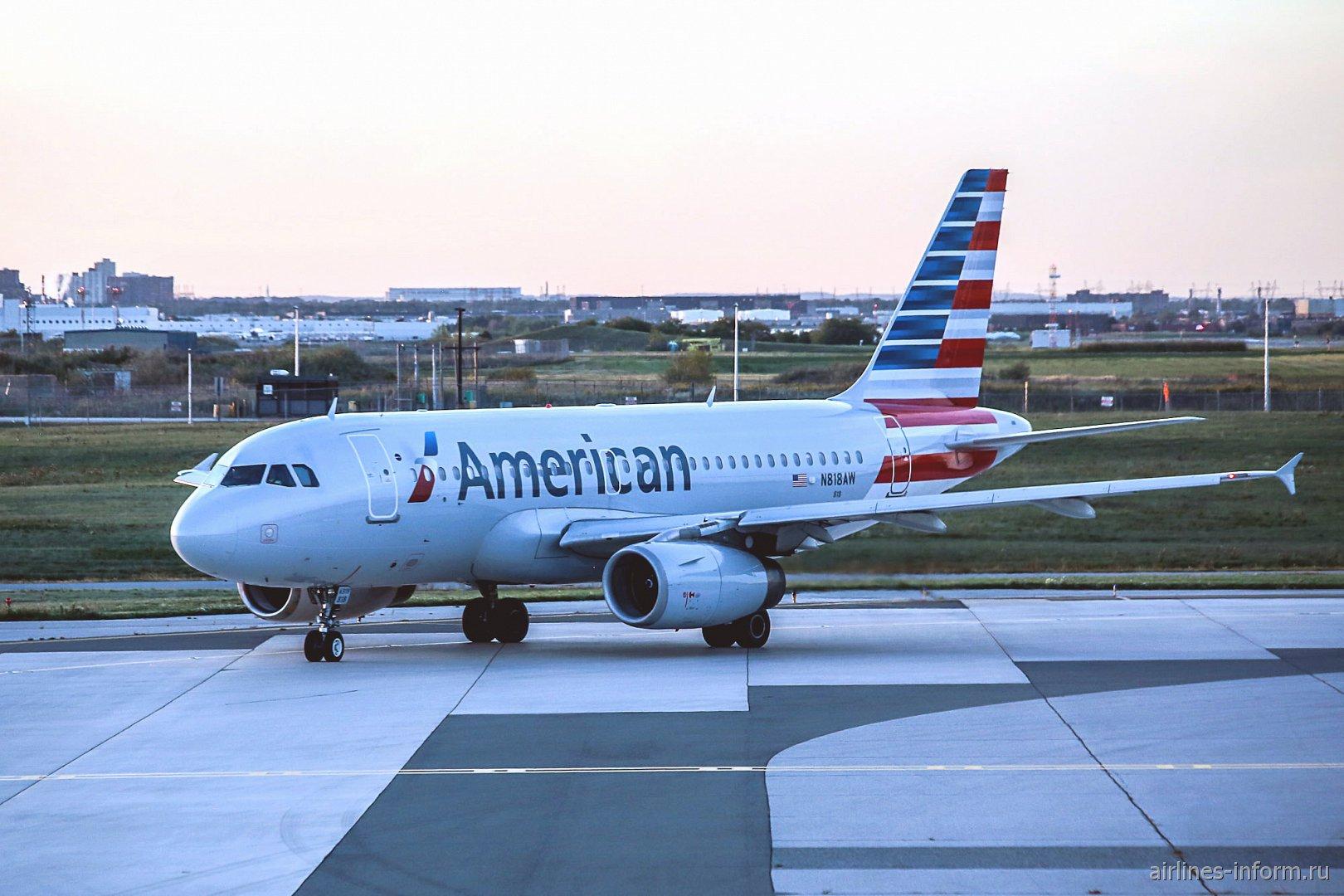 Airbus A319 N818AW Американских авиалиний в аэропорту Торонто Пирсон