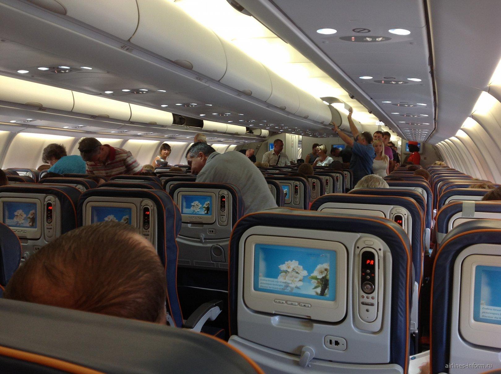 Пассажирский салон самолета Airbus A330-300 Аэрофлота