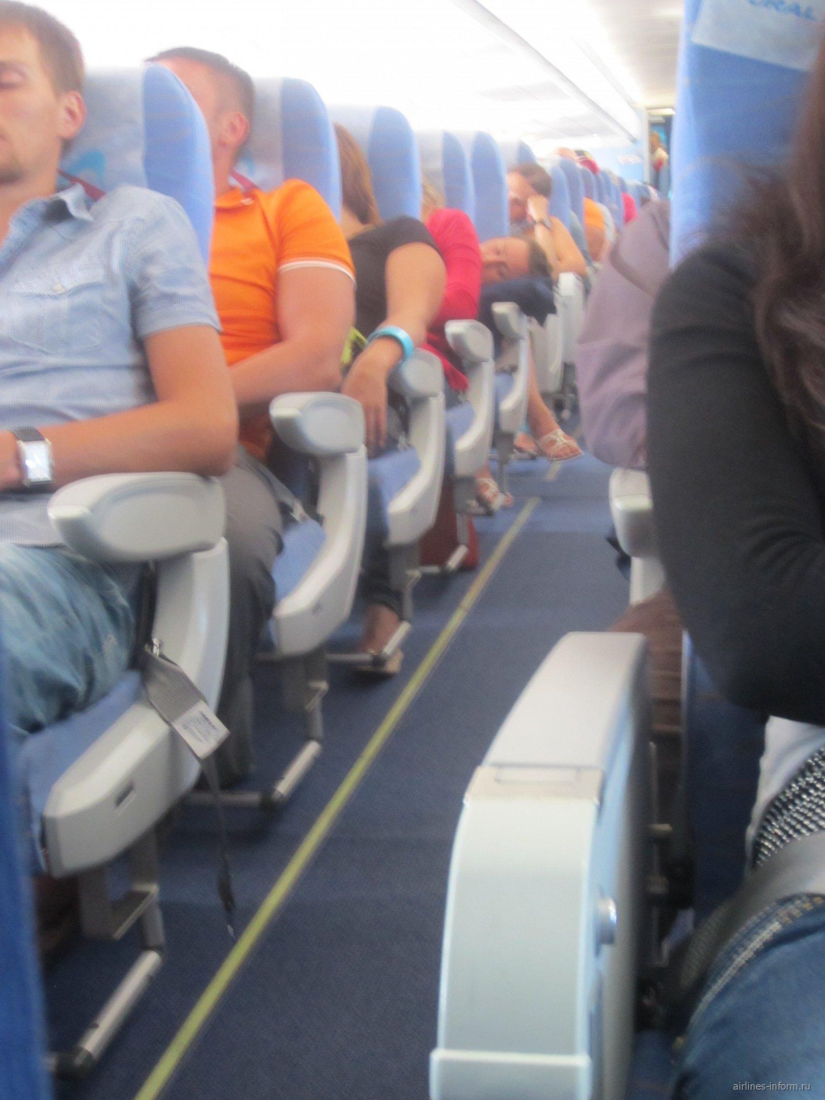 Экономический класс в самолете Эрбас А-320 Уральских авиалиний